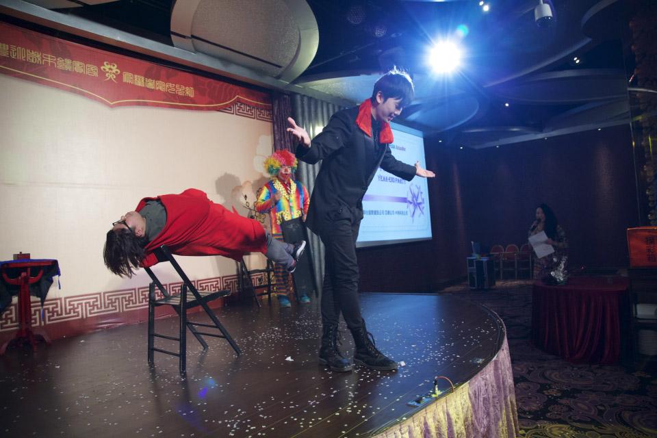 包括把觀眾飄浮起來,也是沒有串通過的噢!!現場隨機挑選觀眾就可以辦到的神奇魔術表演唷