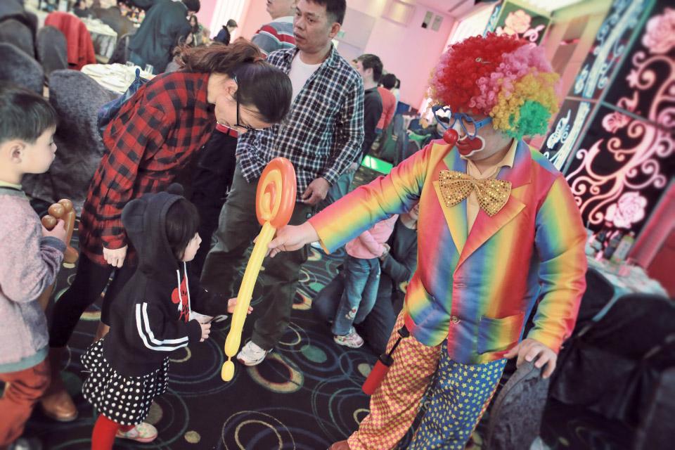 這次一樣在尾牙活動開始之前有可愛的小丑先生,在門口做迎賓的表演