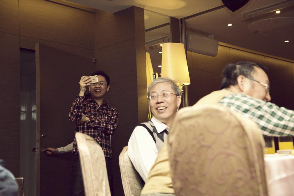 這群同事非常壞心,笑得這麼燦爛還拿手機錄影,似乎完全不擔心台上被陷害的男主角呢