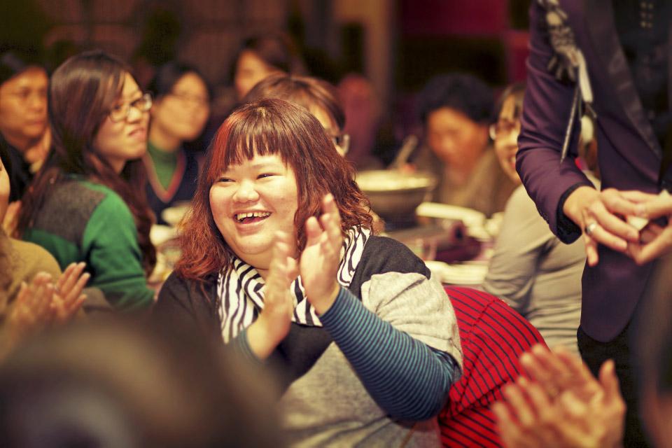 兩位魔術師,一桌一桌的與觀眾互動,不放過每一位賓客的笑聲與掌聲