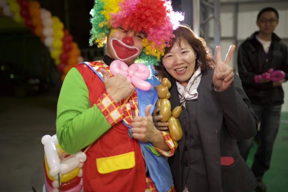 這位小丑哥哥你的啾啾是氣球做的耶,超可愛!