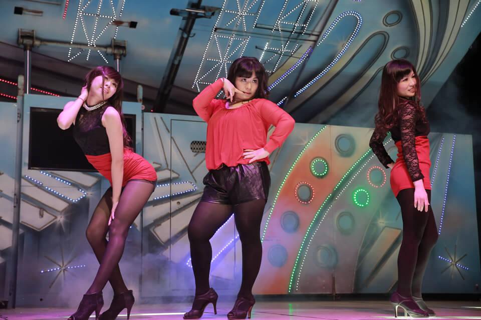 WOW~性感的姐姐們,跳起熱舞表演來可是全場嗨翻天呢!連小嵩無氧化學的董娘也忍不住上台秀兩手啦!XD