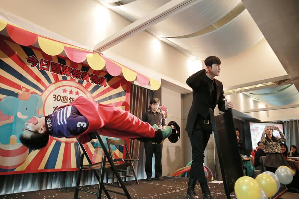 小丑哥哥人體漂浮魔術表演,看來會是一項艱難的挑戰