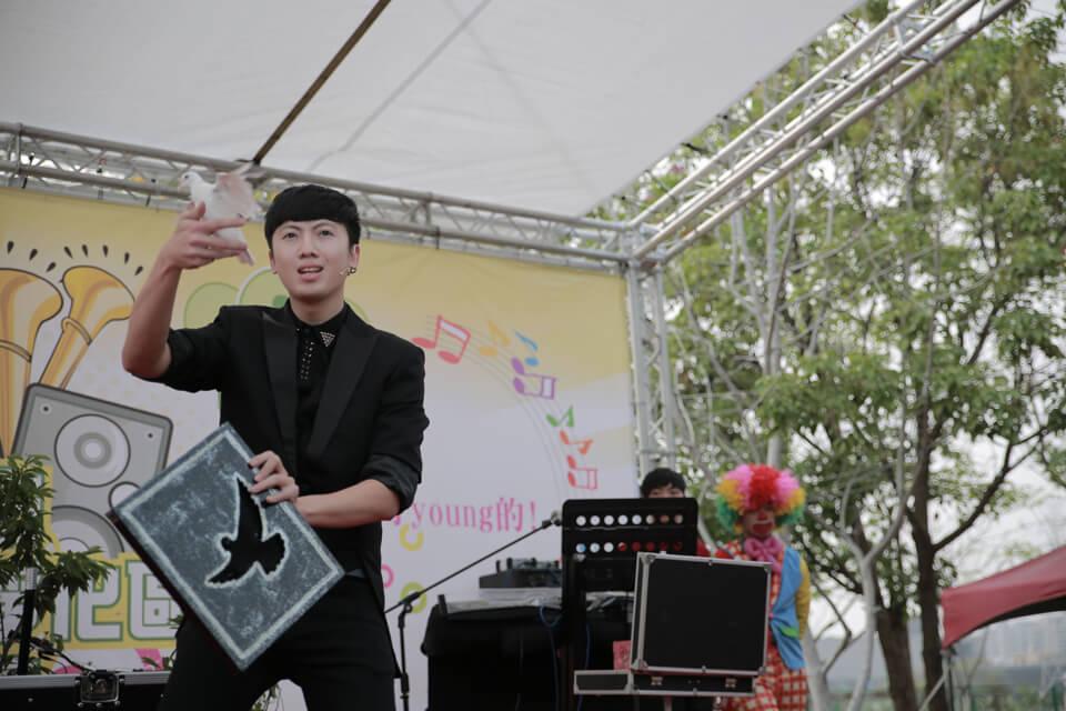 太平公園演唱會,這天人非常非常的多,熱鬧非凡!,所以帥氣的魔術師查尼趕緊來一場充滿魔力的開場魔術表演秀
