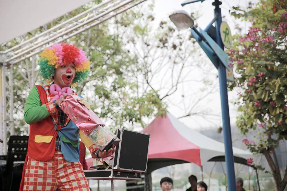 看完精采絕倫的魔術表演,可愛的小丑哥哥也要來露兩手!