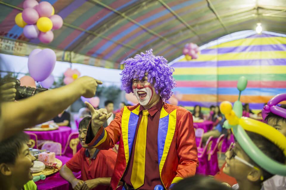 米爾可魔術表演團隊今天來到了旻錠&琬鈞這對新人的婚宴,要為他們帶來精采的魔術表演以及精心準備的婚禮佈置噢!