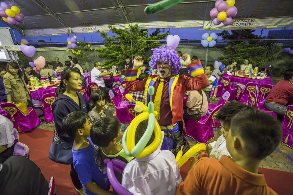 調皮的小丑跟來賓玩剪刀石頭布,玩的不亦樂乎呢!