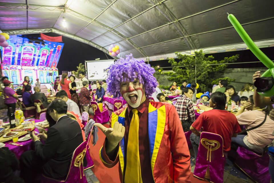可愛的小丑先生,似乎他的歡樂氣氛已經散播全場了