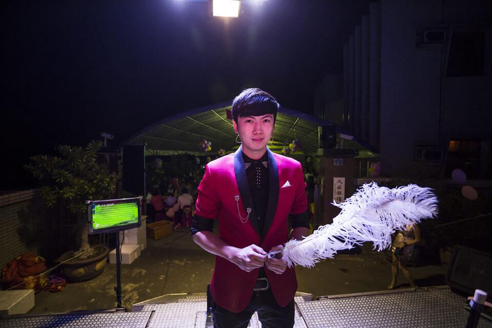 帥氣的魔術師查尼,正在準備開始一場神奇的魔術表演