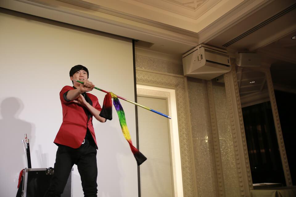 魔術師查尼當然要出來表演拿手絕活的魔術啦!