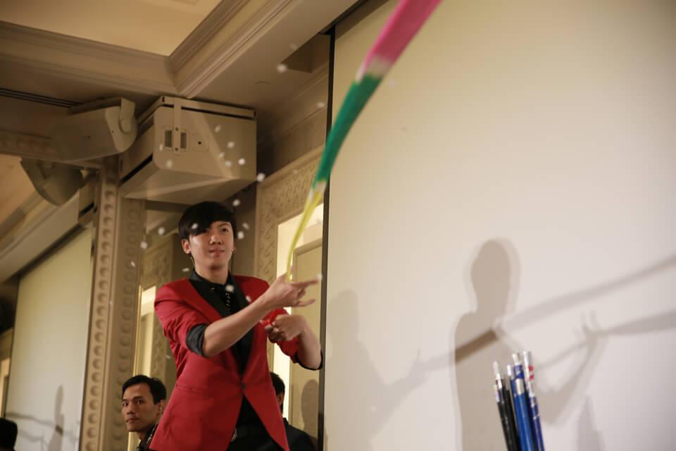 從彩色絲巾中變出了一個棒子