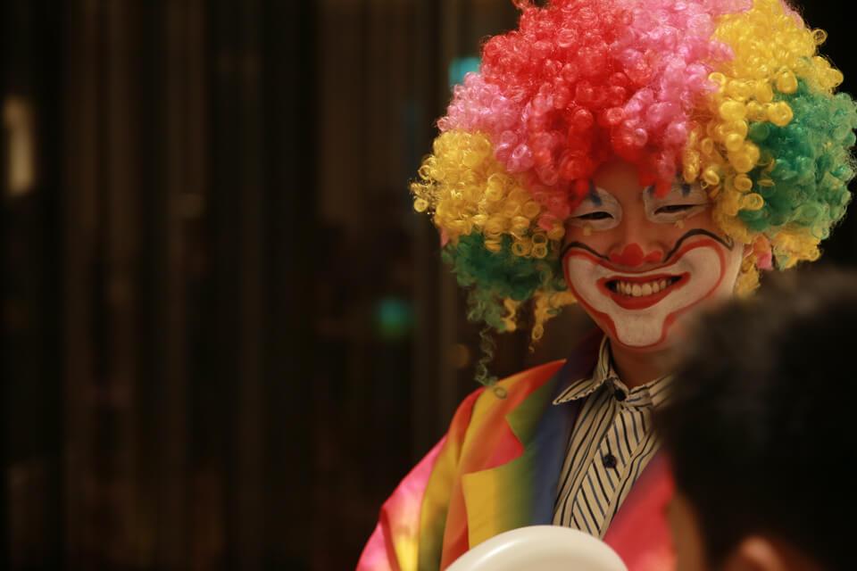 最後是可愛的小丑哥哥的小丑表演,用巧手把氣球摺成可愛的動物喔~(〃∀〃)