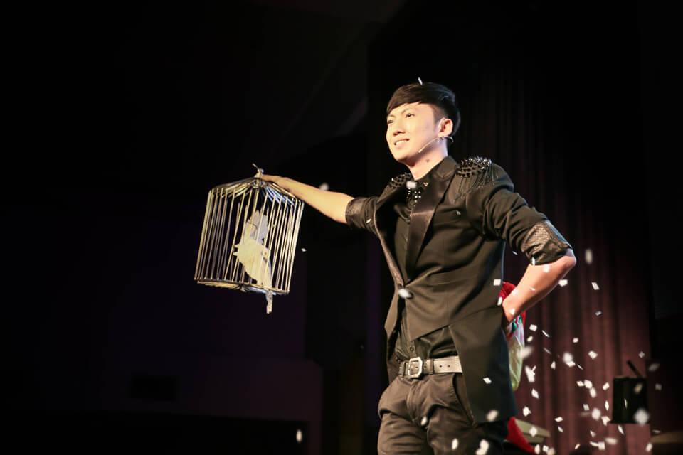 魔術師查尼在各式各樣場合的魔術表演已突破千場~!
