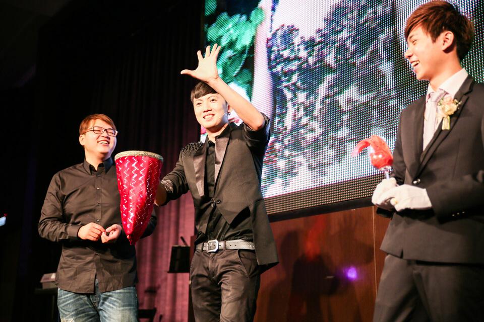 邀請觀眾上台一起參與互動魔術更勢將氣氛炒到高點!