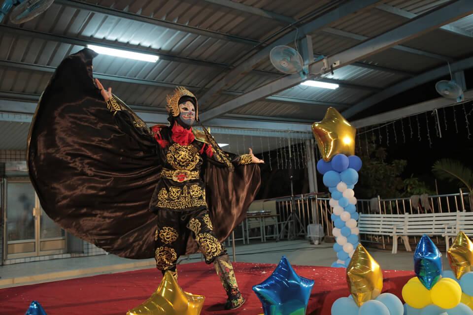 最精彩的部分就是能和現場的來賓近距離體驗變臉的瞬間,帶著大家體驗中國古戲法的樂趣及奧妙!