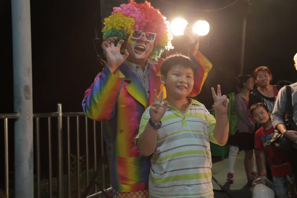 小丑哥哥還會贈送可愛的精美造型氣球給小朋友,讓中秋歡樂氣氛一路延續到溫暖的家中