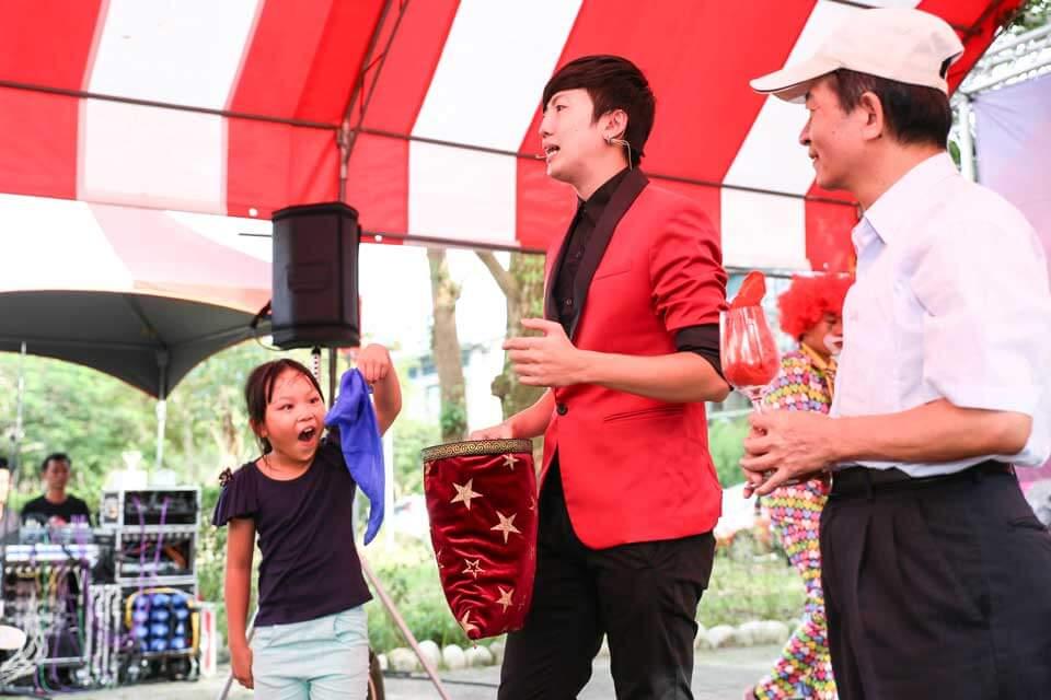 這位幸運的小小觀眾有沒有這麼驚訝呀~表情十足啊XD