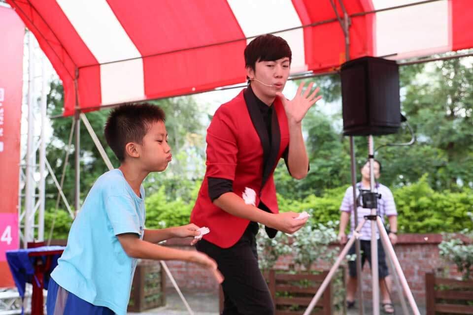 另外的這位小小觀眾,也很配合我們的魔術師呢