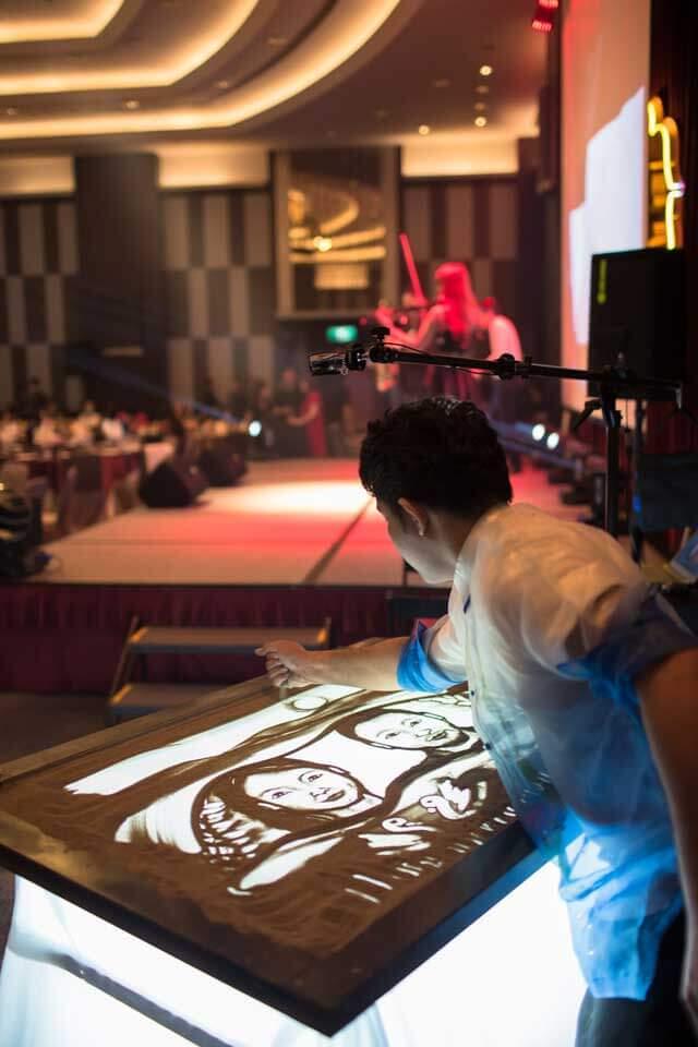最後是神奇的沙畫表演,沙畫家一雙巧手畫出各式各樣的景物,不管是畫照片還是畫現場來賓都栩栩如生