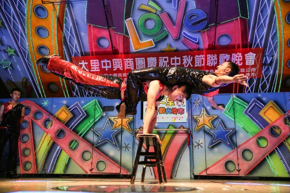 接下來這個節目也是精彩萬分!雜耍特技表演,台上的每一段表演都是真功夫!