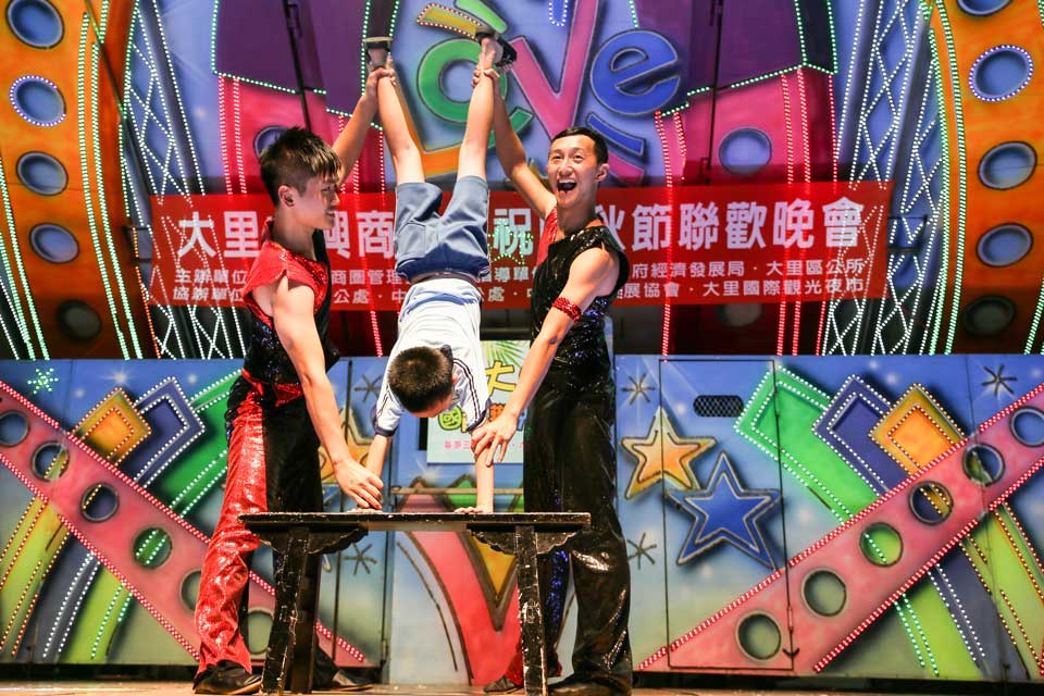 俗話說台上十分鐘台下十年功,雜耍特技人員在台上時時刻刻都是全力以赴!