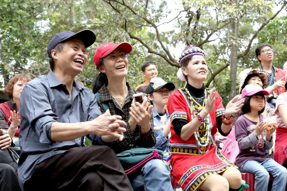 現場也有很多原住民朋友熱情的教導大家唱歌跳舞,氣氛可以說是和樂融融呢!!