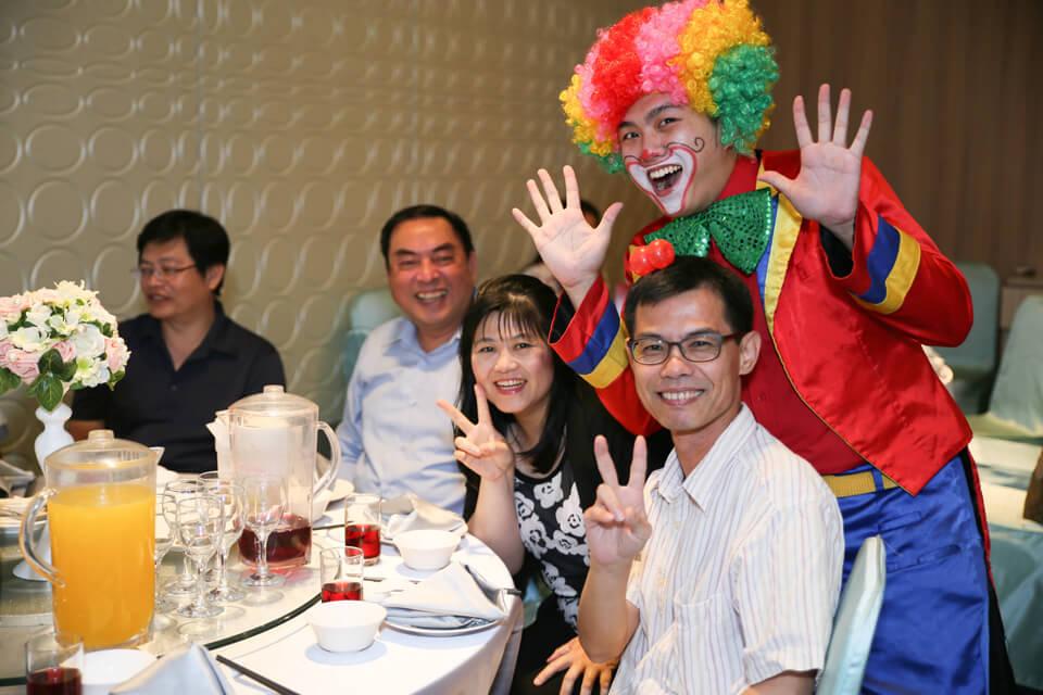 首先出場的是迎賓小丑,可愛的小丑先生會折各式各樣的氣球送給大家!