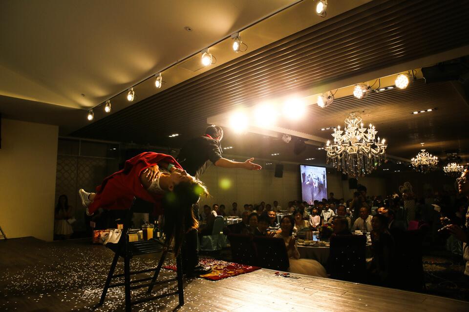 魔術師查尼邀請一位觀眾上台,在緊張的氣氛下,讓上來的觀眾在不知情的狀況下,體驗了精采的人體漂浮魔術表演