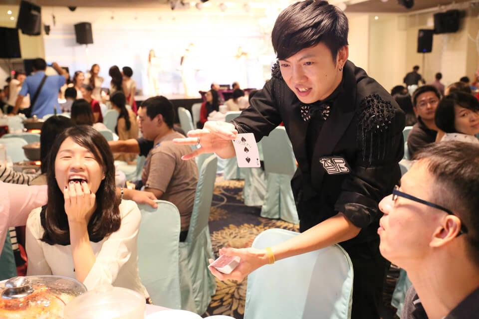 厲害的魔術不只可以在台上表演,魔術師查尼也會下去桌邊跟觀眾近距離帶來互動魔術表演