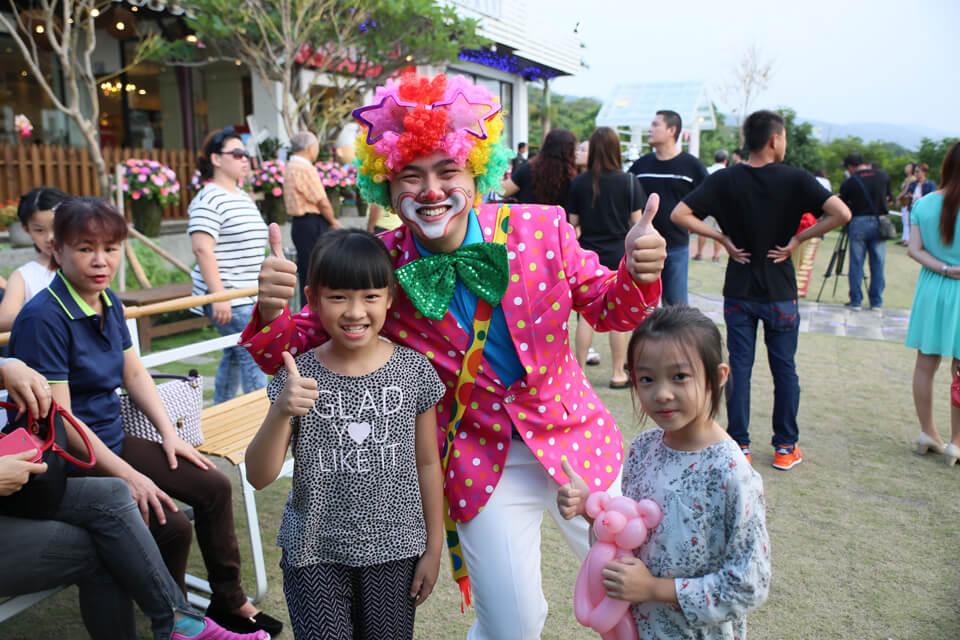 滑稽逗趣的小丑哥哥帶著小朋友們在廣場上跑跑跳跳,還會折各式各樣的造型氣球送給小朋友呢!