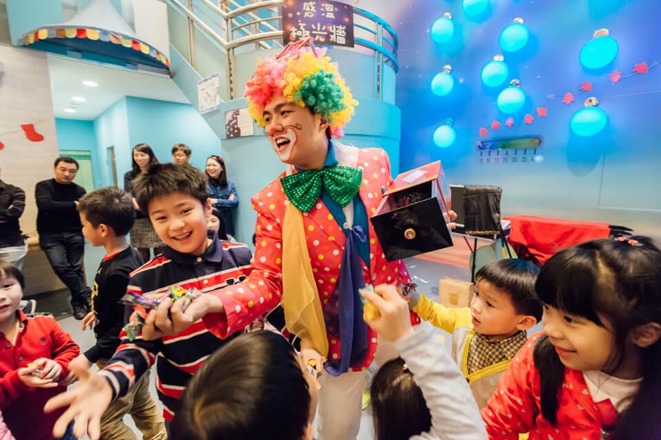 小朋友們不止拿得到糖果,還有造型氣球可以拿呢
