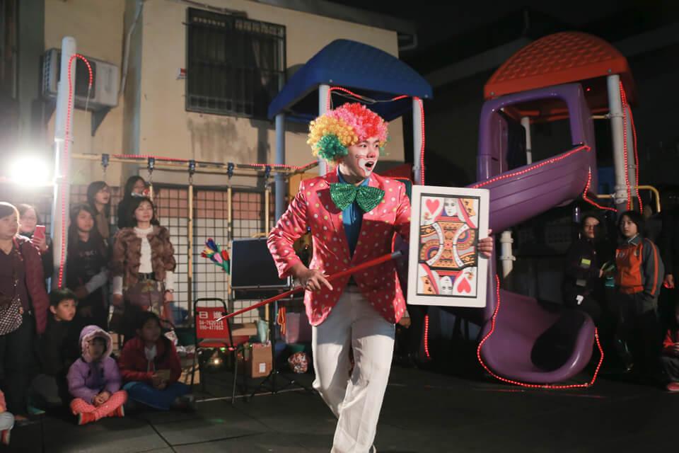 艾洛特幼兒園每年都會舉辦聖誕晚會,今年幼兒園園長想替小朋友們辦不一樣的晚會,某一天園長在網路上看到了我們,覺得與眾不同,所以選擇了米爾可魔術表演團隊來臭話聖誕晚會的表演喔!