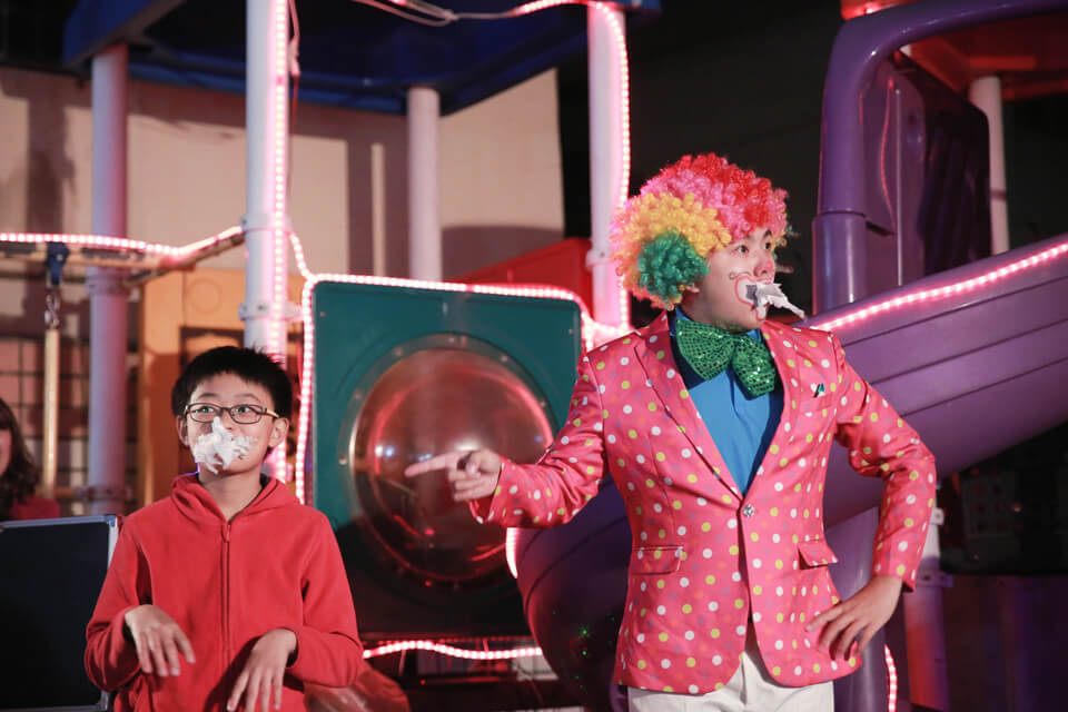 接下來換了另一個弟弟上來...吃衛生紙???小丑哥哥你是開玩笑的齁?(´_ゝ`)