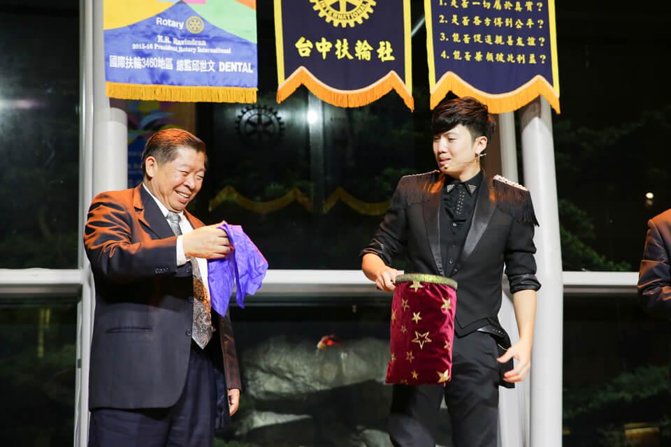 我們的副社長似乎對於手上拿的絲巾感到很新奇,但在魔術師查尼的眼中看起來好像有哪裡不太對勁呢~