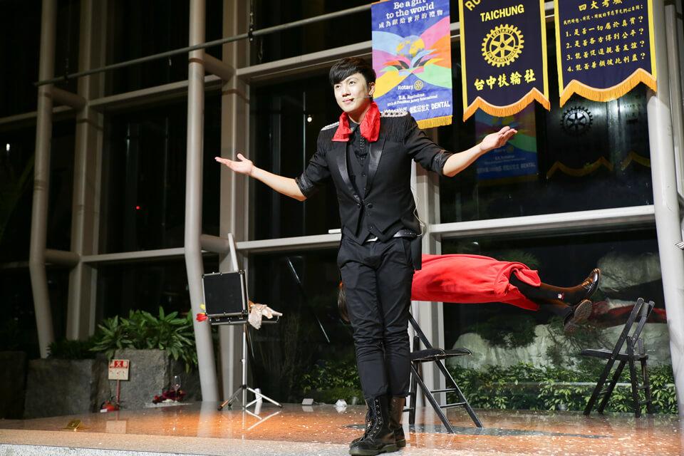 接下來的魔術表演時間,還是要由我們魔術師查尼親自登場