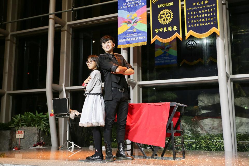 哎呀,原來我們魔術師查尼還帶了一個小小美女夥伴啊