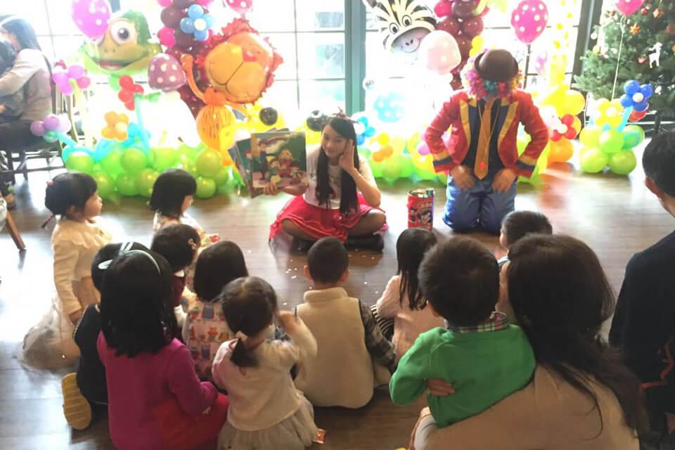 首先,由我們說故事姊姊來給各位小朋友帶來滿滿30分鐘富含寓意的童話故事