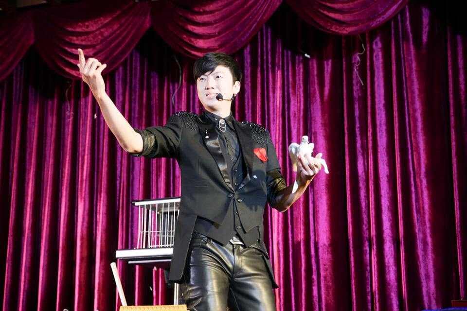 接下來~~~為各位隆重介紹——魔術師查尼!!!