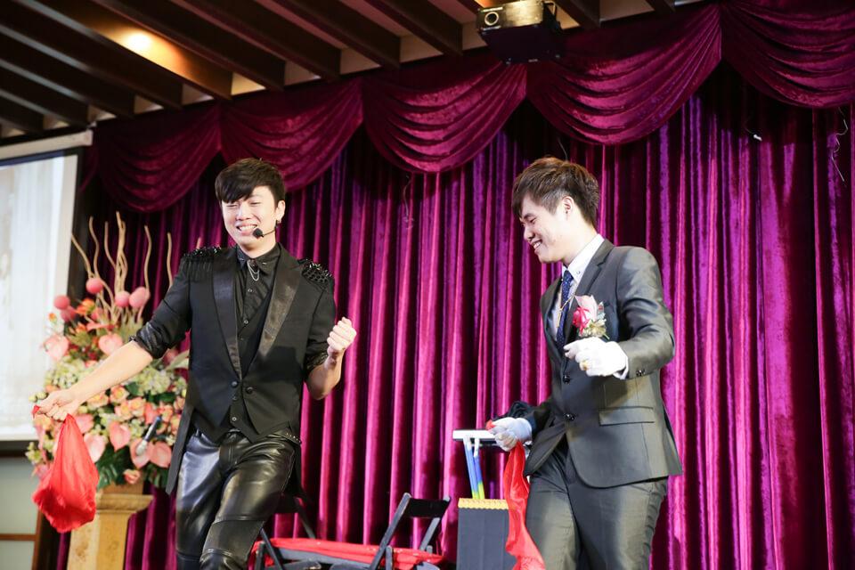 我們的新郎倌在做什麼呢?喔喔,原來我們的魔術師查尼在教他跳舞XD