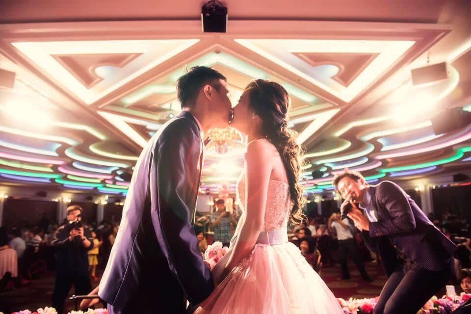 今天是康平&怡雯的大喜之日,米爾可魔術表演團隊也在現場一同見證這對新人的甜蜜婚宴喔~!