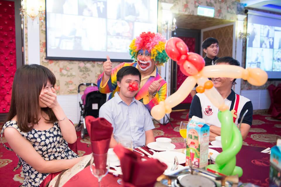 咦?怎麼會有奇怪的大叔?其實是特別邀請小丑先生為今天盛大的婚禮及一連串的精彩小丑表演節目暖場