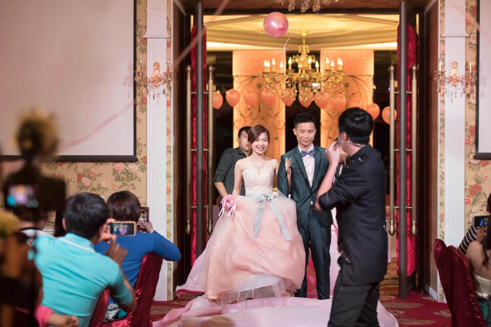 暍!!魔術師查尼巧手一揮~從巨大的愛心裡蹦出了新郎新娘,太厲害了!!