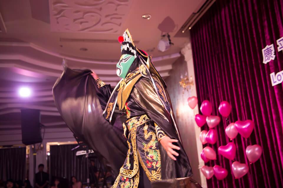 接下來出場的是中國國粹--川劇變臉大師,變臉大師俐落矯健的身手讓現場來賓看的目不轉睛