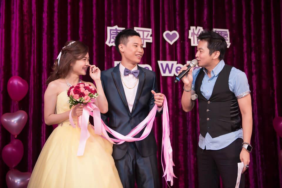 就這樣在婚禮主持人及大家的祝福之下,有情人終成眷屬