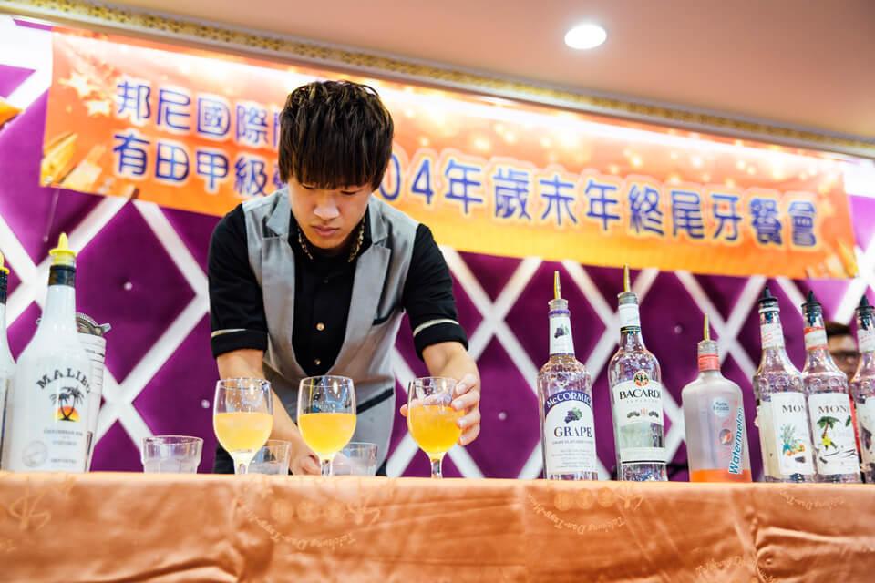 原來是花式調酒秀啊!聽說用特技雜耍調和的飲品特別好喝不知道是不是真的?!(誤