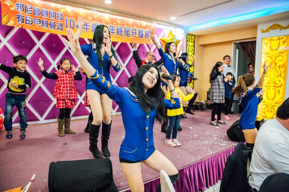 原來是邦尼國際希望員工們新的一年要有滿滿的元氣活力,請我們米爾可提供專業的舞團帶著員工們一起動一動~