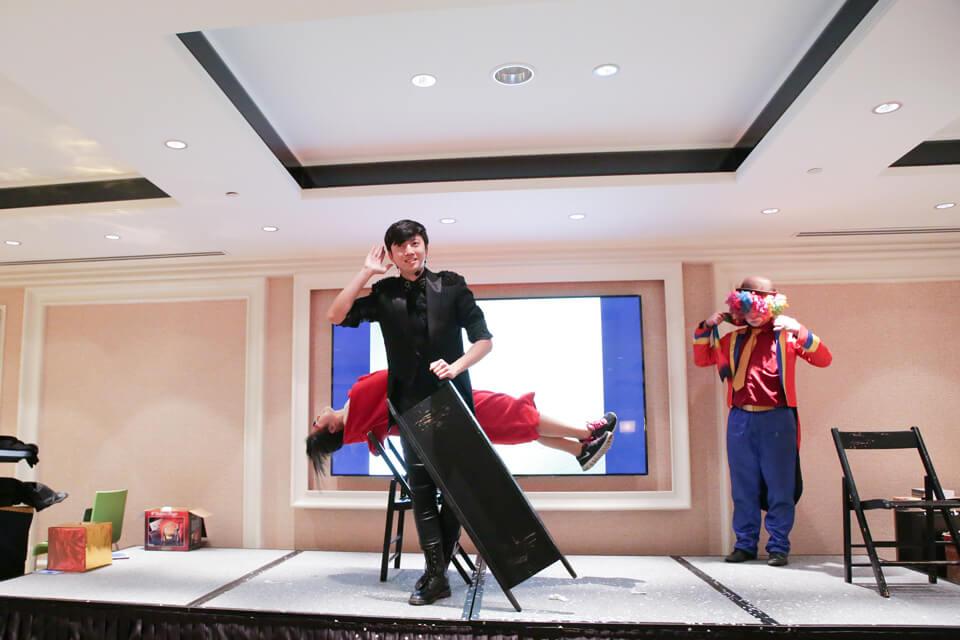 接下來是讓現場來賓看得目瞪口呆的人體漂浮魔術表演