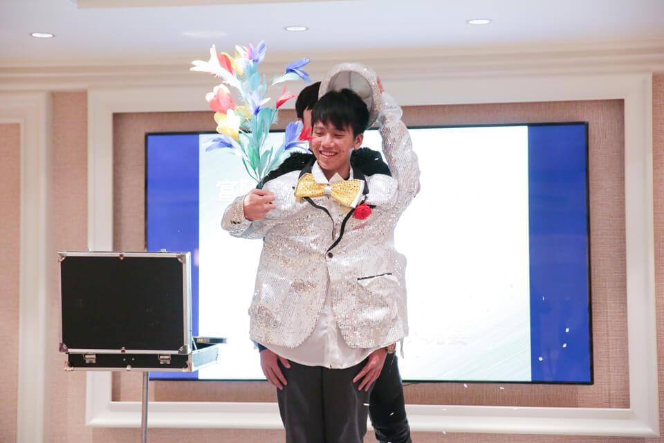 開玩笑的啦~魔術師查尼是想要找一位年輕朋友上來體驗一下當魔術師的感覺XD