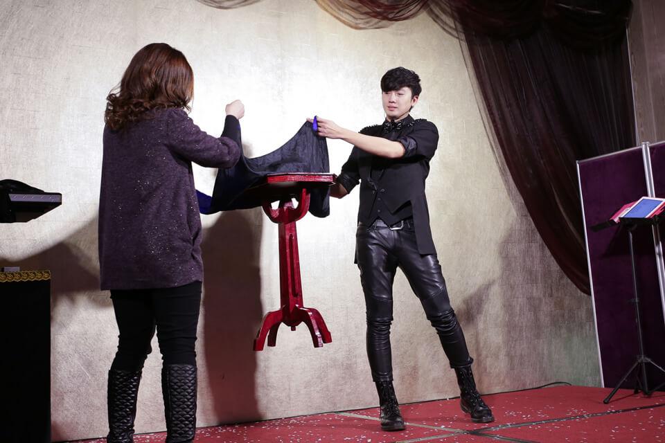 尾牙節目的重頭戲是由魔術師查尼帶來的神奇魔術表演