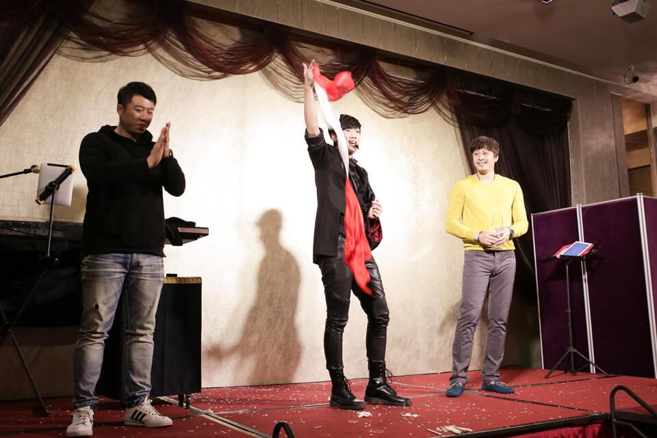 這兩位幸運被找上台的觀眾,看來也是非常佩服我們魔術師查尼的魔術表演呢
